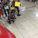 Eliecer sale del calabozo y retorna a la Aduana del aeropuerto a exigir lo que es un derecho